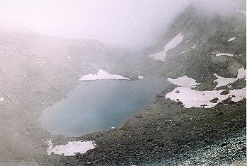 Il lago Gele, poco sotto al colle