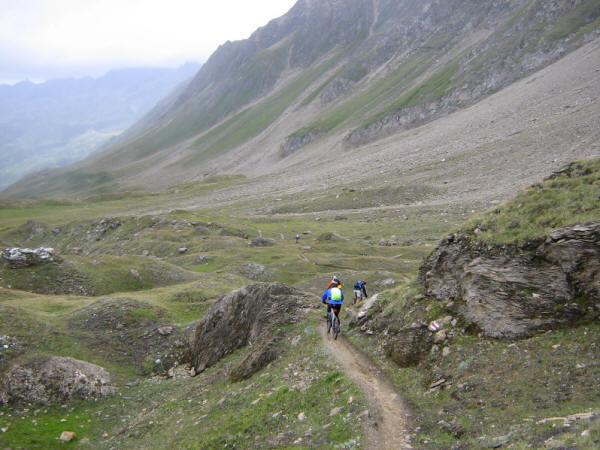 Il sentiero sotto Capanna Corno Gries